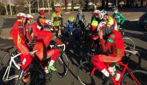 Los ciclistas del Fenavin dialogan antes de empezar a entrenar